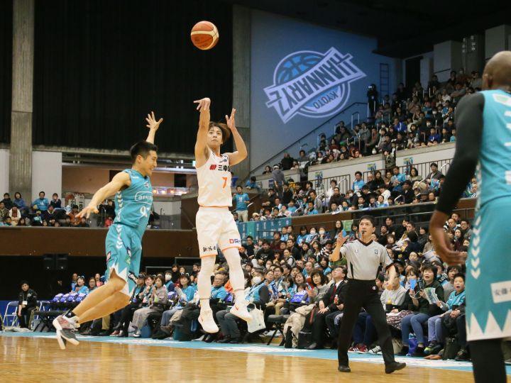 五十嵐圭のゲームコントロールで新潟が快勝、速い展開のバスケで京都を振り切る