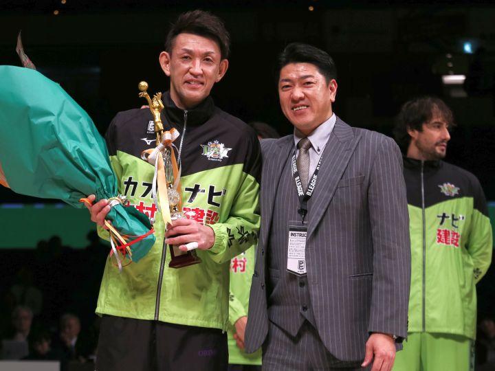 通算1万得点という金字塔を打ち立てた折茂武彦、北海道のファンと偉業達成を祝う