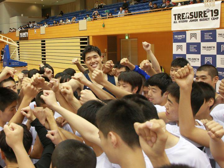 長崎県で行われたキャンプに渡邊雄太がサプライズで参加「夢を持ち続けて欲しい」