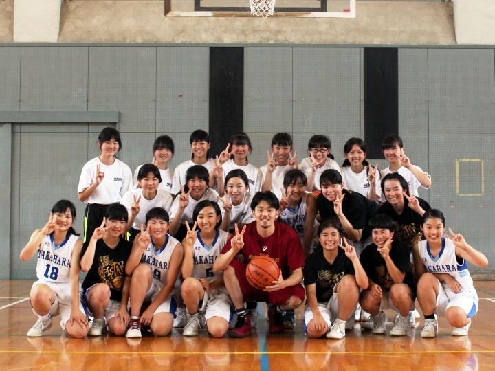 B.LEAGUEスタンプが夢をかなえます! 中学校の女子バスケ部を篠山竜青が熱血指導