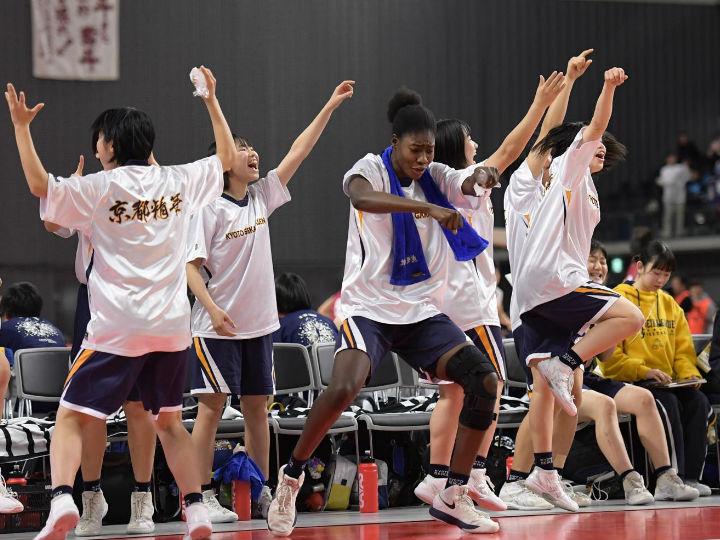 「メインコートで桜花学園と」を合言葉に、京都精華学園がベスト4進出を決める