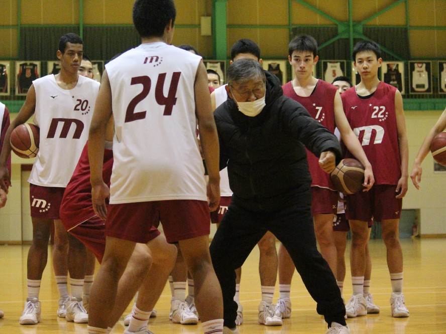 仙台大学附属明成の佐藤久夫コーチ、受け身の2年生に奮起を求める「ガッと噛み合えば面白くなる」
