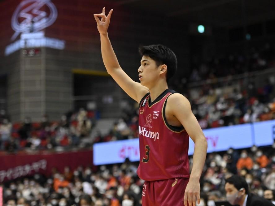 川崎ブレイブサンダースの現役高校生プレーヤー、米須玲音がBリーグでの最後の試合でホームデビューを果たす