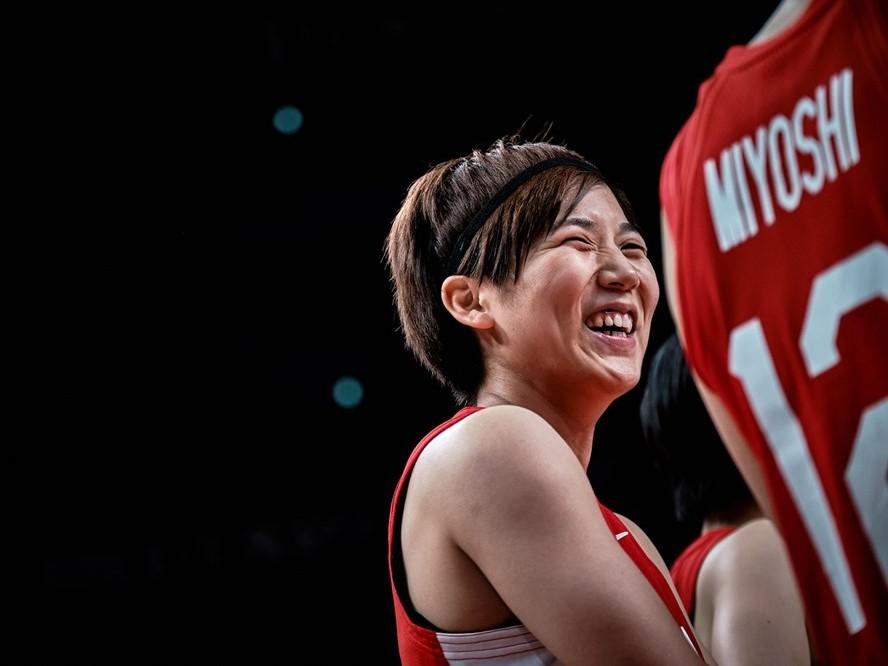 銀メダル獲得のバスケ日本代表、大躍進の象徴となった『小さな司令塔』町田瑠唯は笑顔で「まだまだ自分たちはできそう」