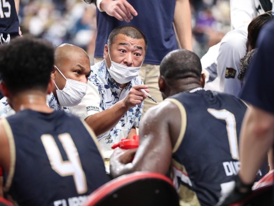 開幕戦で最高の逆転劇、9年ぶりに琉球ゴールデンキングスの指揮を執った桶谷大「こういう場所でコーチができるのは幸せ」